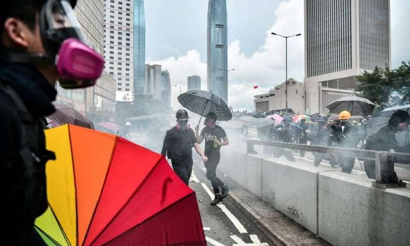 La police a tiré des gaz lacrymogènes sur des manifestants qui manifestaient près du siège du gouvernement de Hong Kong le 31 août 2019