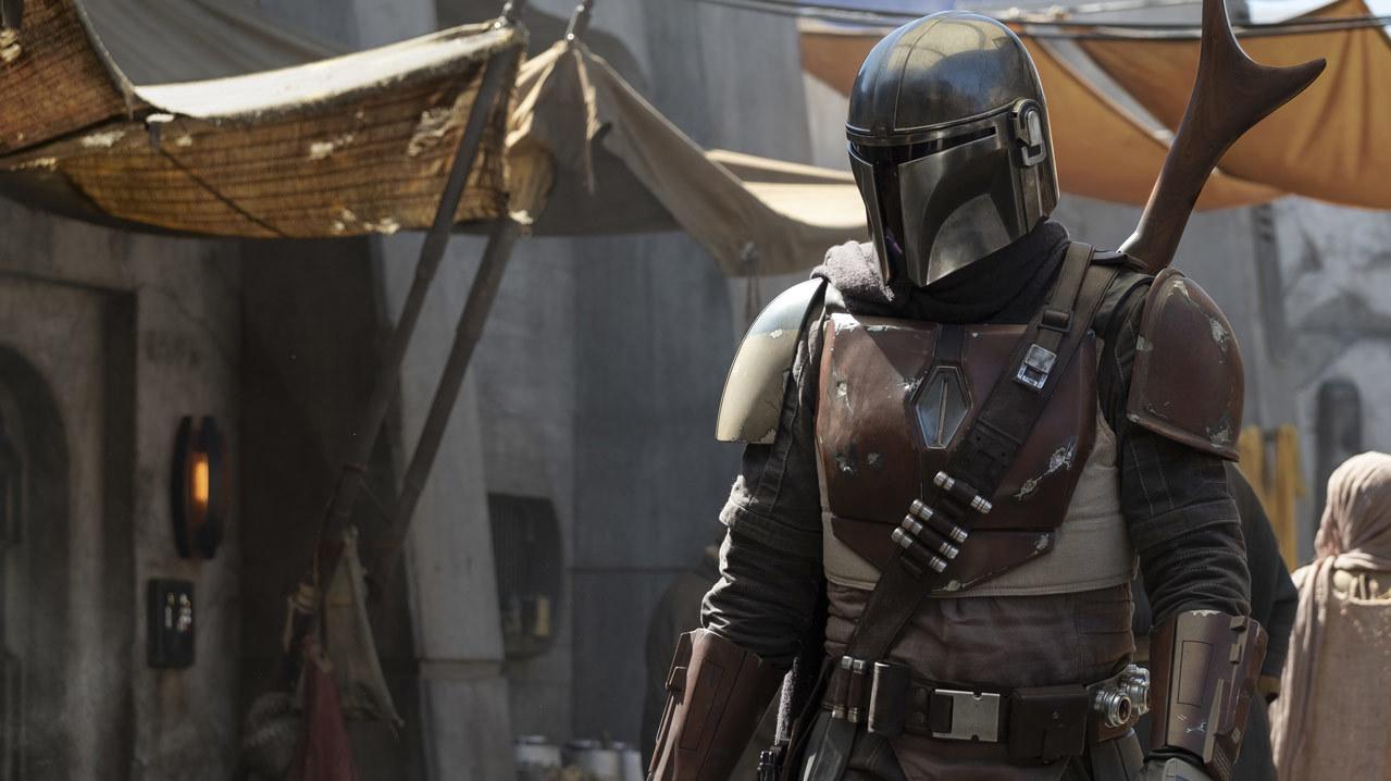 La première image du spectacle d'action en direct Star Wars The Mandalorian, montrant une personne portant une armure mandalorienne