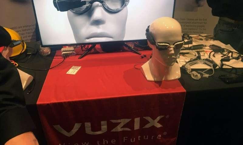 Les lunettes Vuzix connectées qui affichent des informations et des divertissements aux nageurs sont affichées à l'exposition Pepcom sur le sidel
