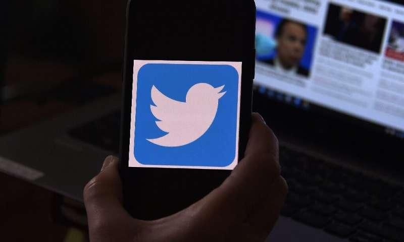 Twitter suit le mouvement de Facebook, ajoutant des étiquettes pour identifier les comptes