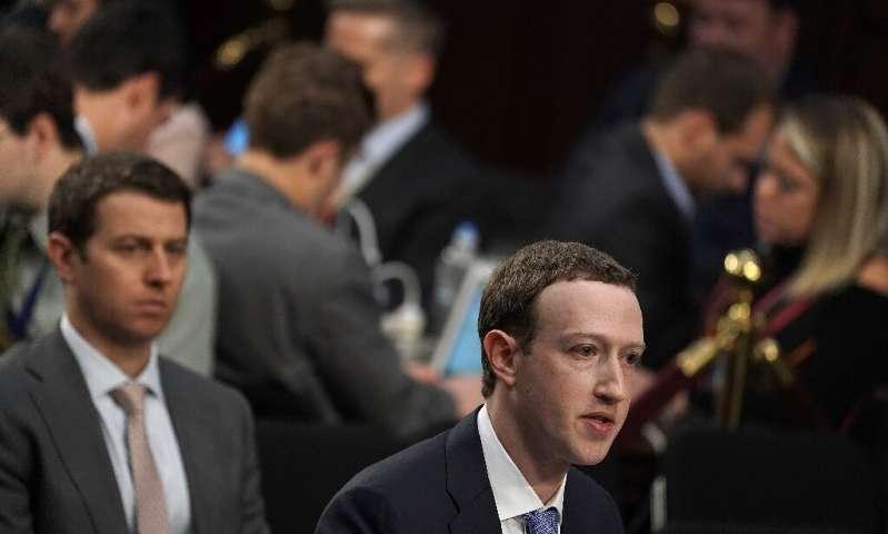 Le co-fondateur et PDG de Facebook, Mark Zuckerberg, a été appelé devant les législateurs en 2028 pour répondre aux questions sur les informations personnelles des utilisateurs