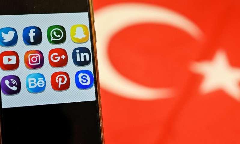 De nombreux Turcs, en particulier les jeunes, dépendent fortement des médias sociaux, car la plupart des organes de presse réguliers sont détenus ou contrôlés par des pro-go