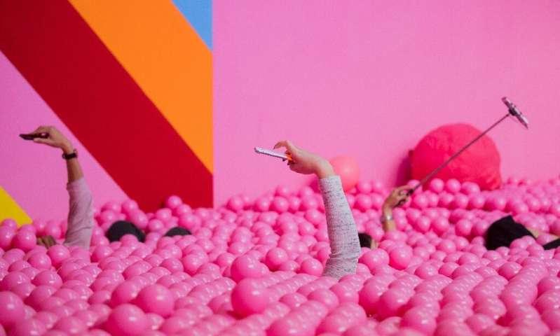 Les musées et les `` expériences '' pop-up offrent des installations interactives permettant aux visiteurs de prendre des selfies et de les publier sur Instagram ou ailleurs