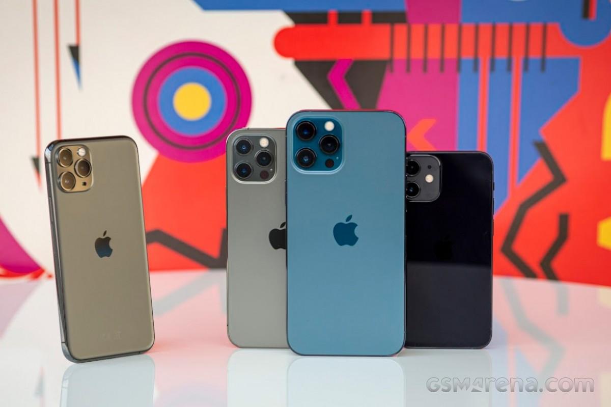 (de gauche à droite) iPhone 11 Pro, iPhone 12 Pro, iPhone 12 Pro Max et iPhone 12 mini