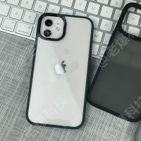 Coques iPhone 13 mises sur iPhone 12 - notez les caméras et les boutons mal alignés