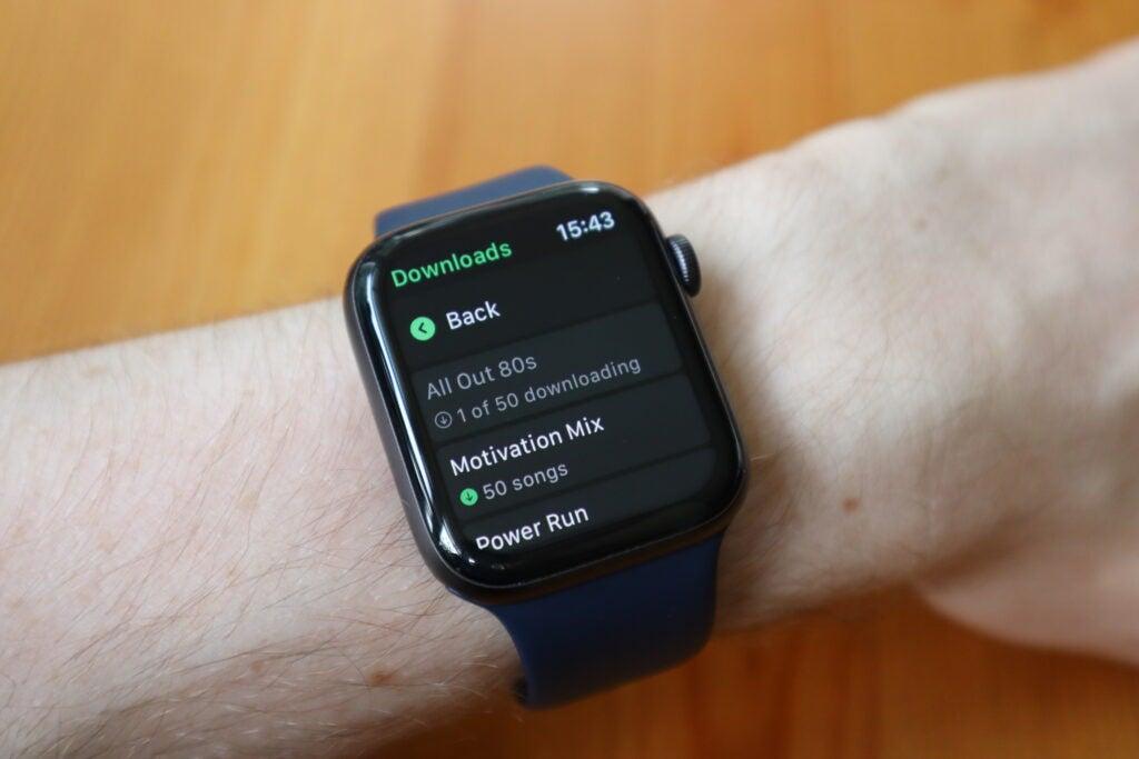 Vous pouvez vérifier la progression du téléchargement en accédant à l'application Spotify pour Apple Watch