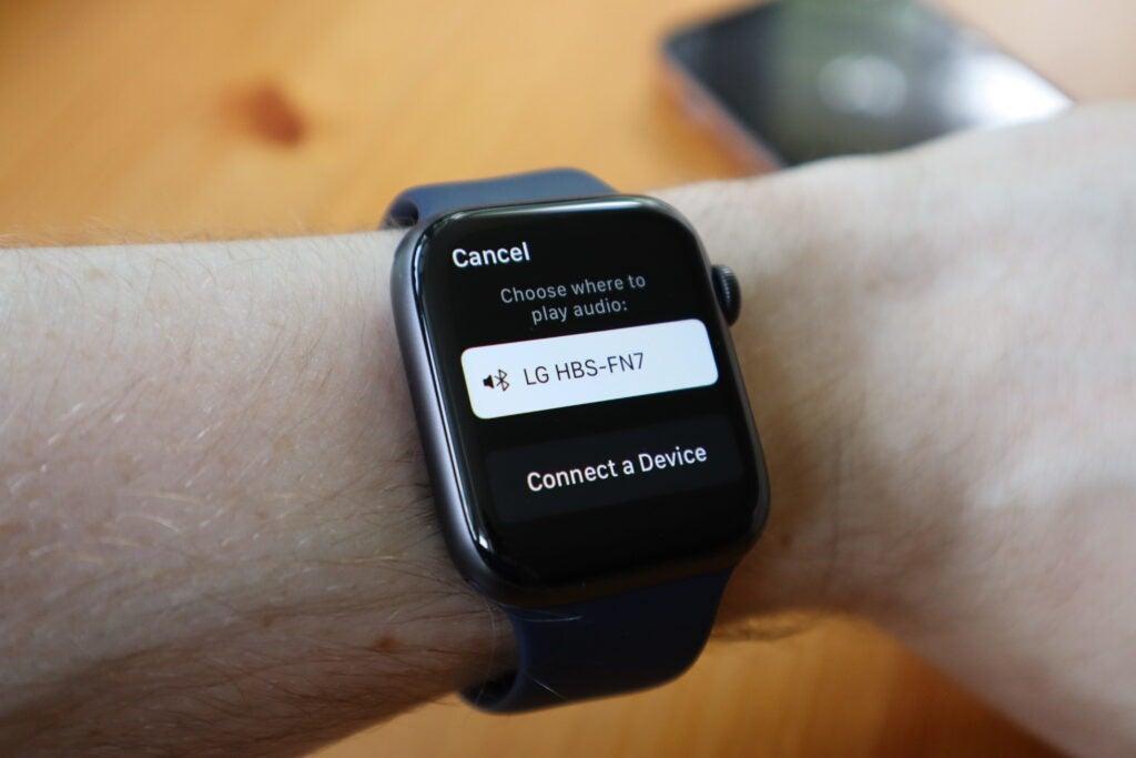 Choisissez une paire d'écouteurs pour commencer à écouter hors ligne sur Apple Watch