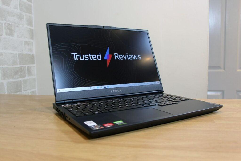 Écran d'ordinateur portable affichant le logo Trusted Reviews