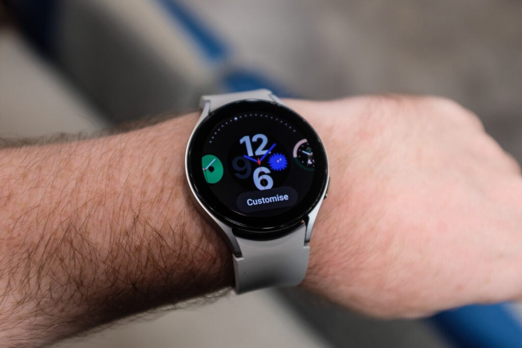 Galaxy Watch 4 avec bracelet blanc porté