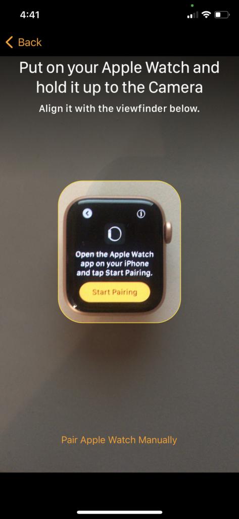 paire Apple Watch maintenez-la à l'appareil photo 1