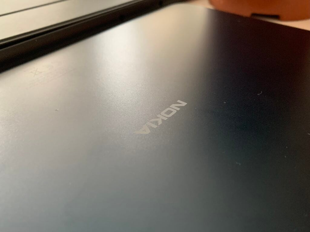 Gros plan sur le dos du Nokia T20