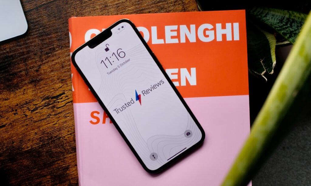 image de face de l'iphone 13 pro avec fond d'écran TR