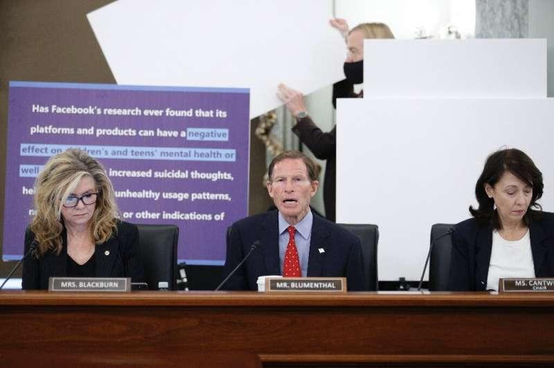 Le sénateur Richard Blumenthal (au centre) prend la parole lors d'une audience examinant les effets de Facebook sur la santé des adolescents